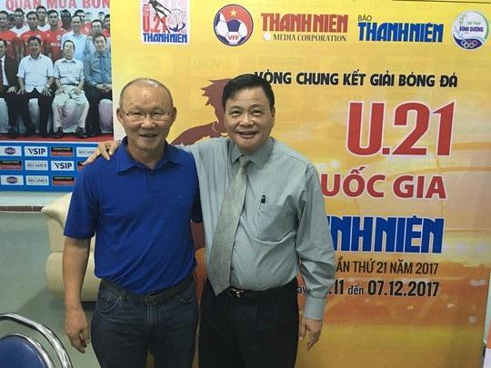 Ông Nguyễn Công Khế (phải) rút lui khỏi cuộc đua ghế Chủ tịch VFF