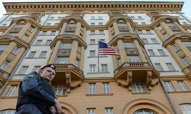 Cảnh sát Nga tuần tra bên ngoài đại sứ quán Mỹ ở Moscow (Ảnh: AFP)