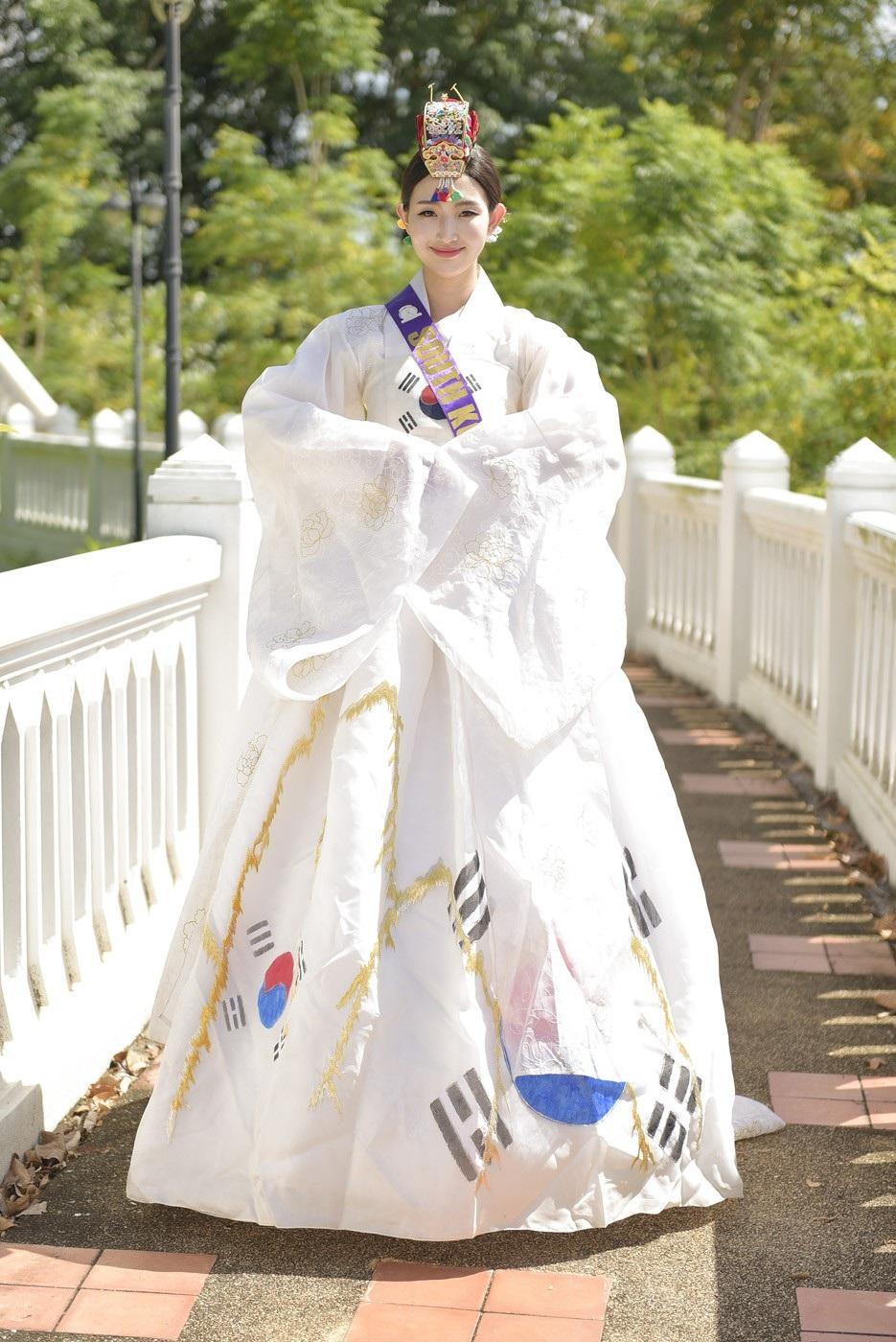 Trang phục Hàn Quốc vẫn dựa trên hình dáng của trang phục truyền thống