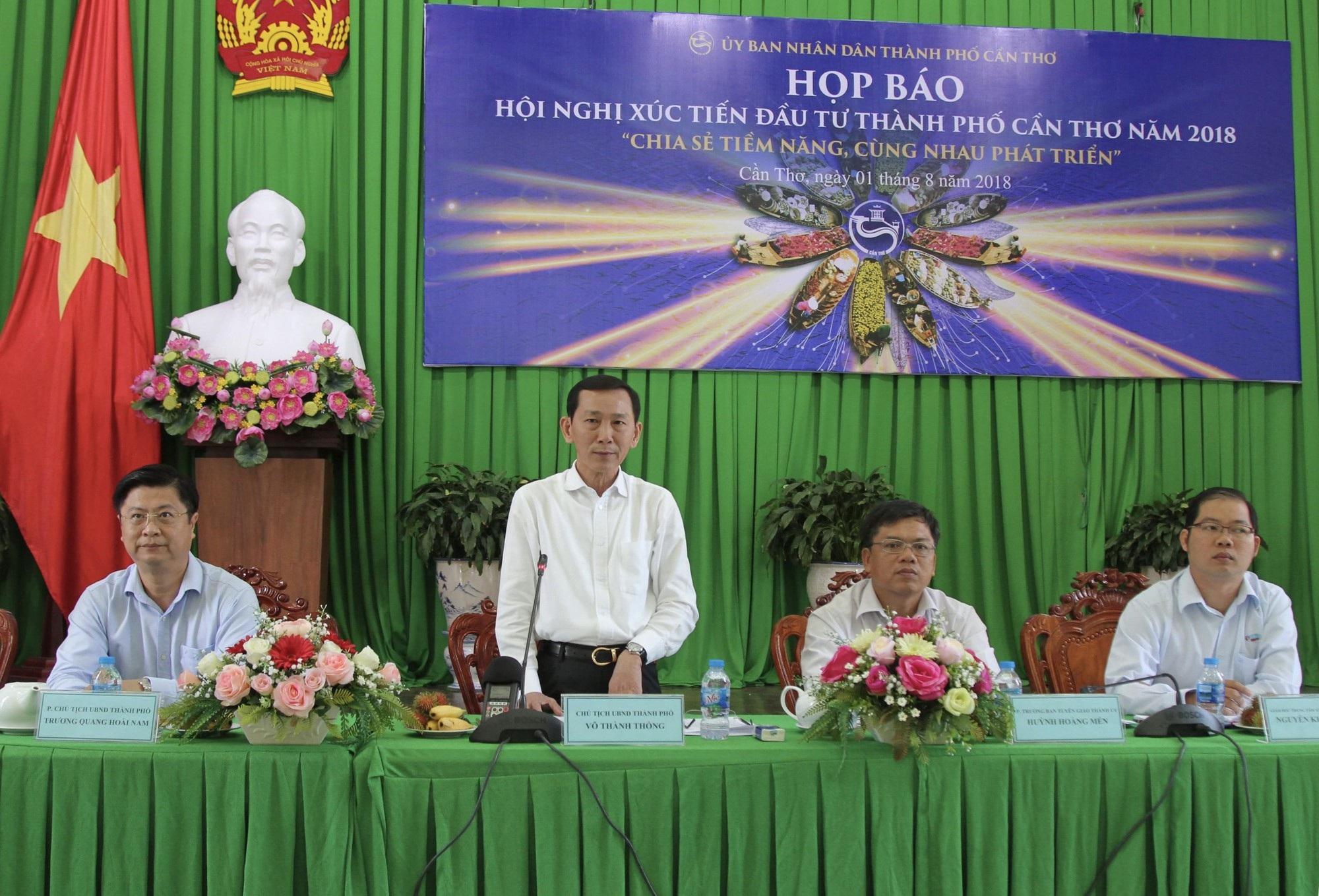 Ông Võ Thành Thông – Chủ tịch UBND TP Cần Thơ trao đổi tại buổi họp báo