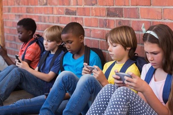Chính phủ Pháp cấm học sinh dưới 15 tuổi sử dụng các thiết bị di động thông minh vì lo ngại các vấn đề về sức khỏe
