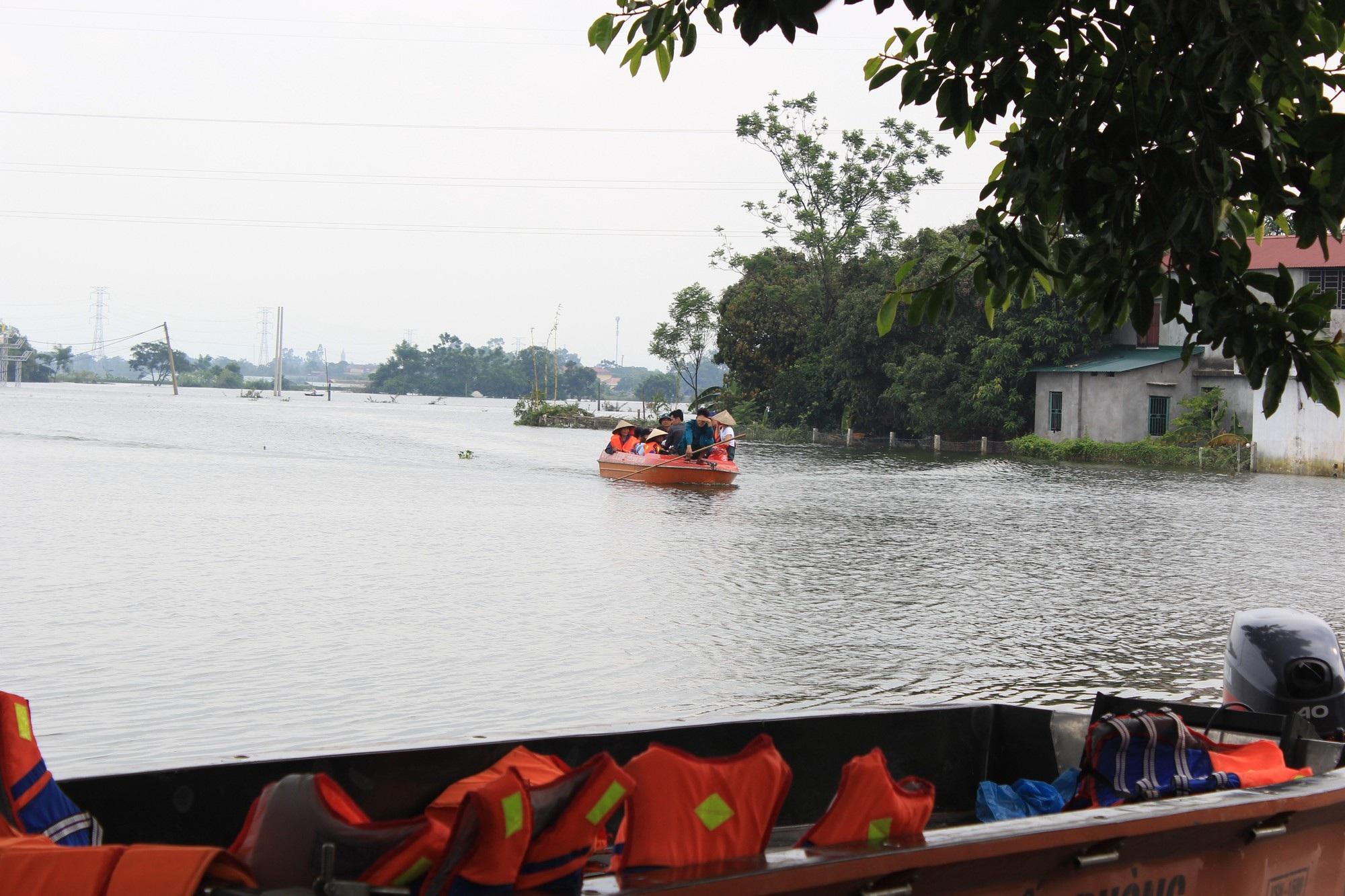 Dân vùng lụt Hà Nội bơi giữa sân, tắm dọc đường làng - 8