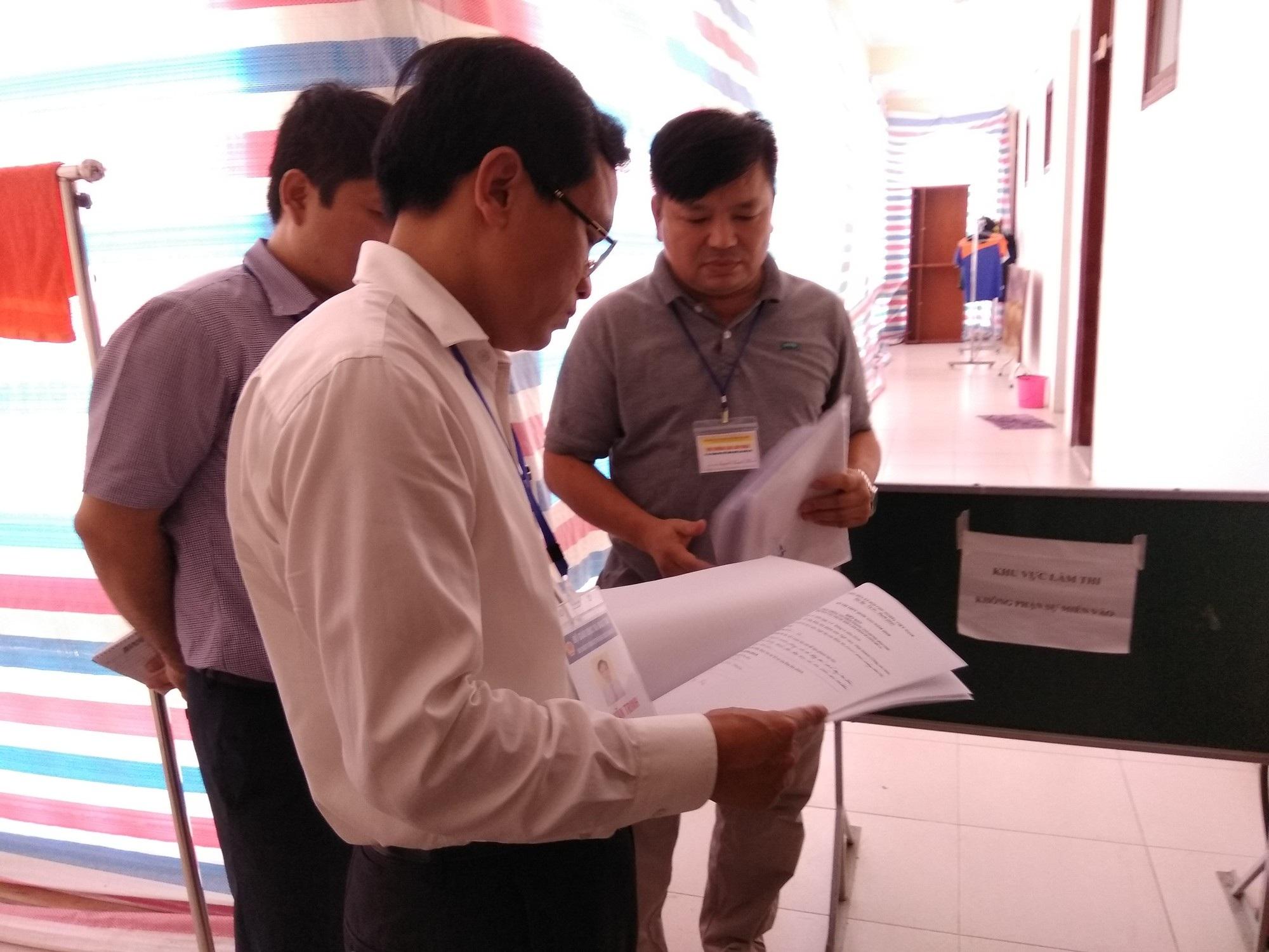Ông Mai Văn Trinh, Cục trưởng Cục Quản lý Chất lượng (Bộ GD&ĐT) kiểm tra khâu chấm trắc nghiệm tại Hòa Bình (Ảnh: Mỹ Hà).