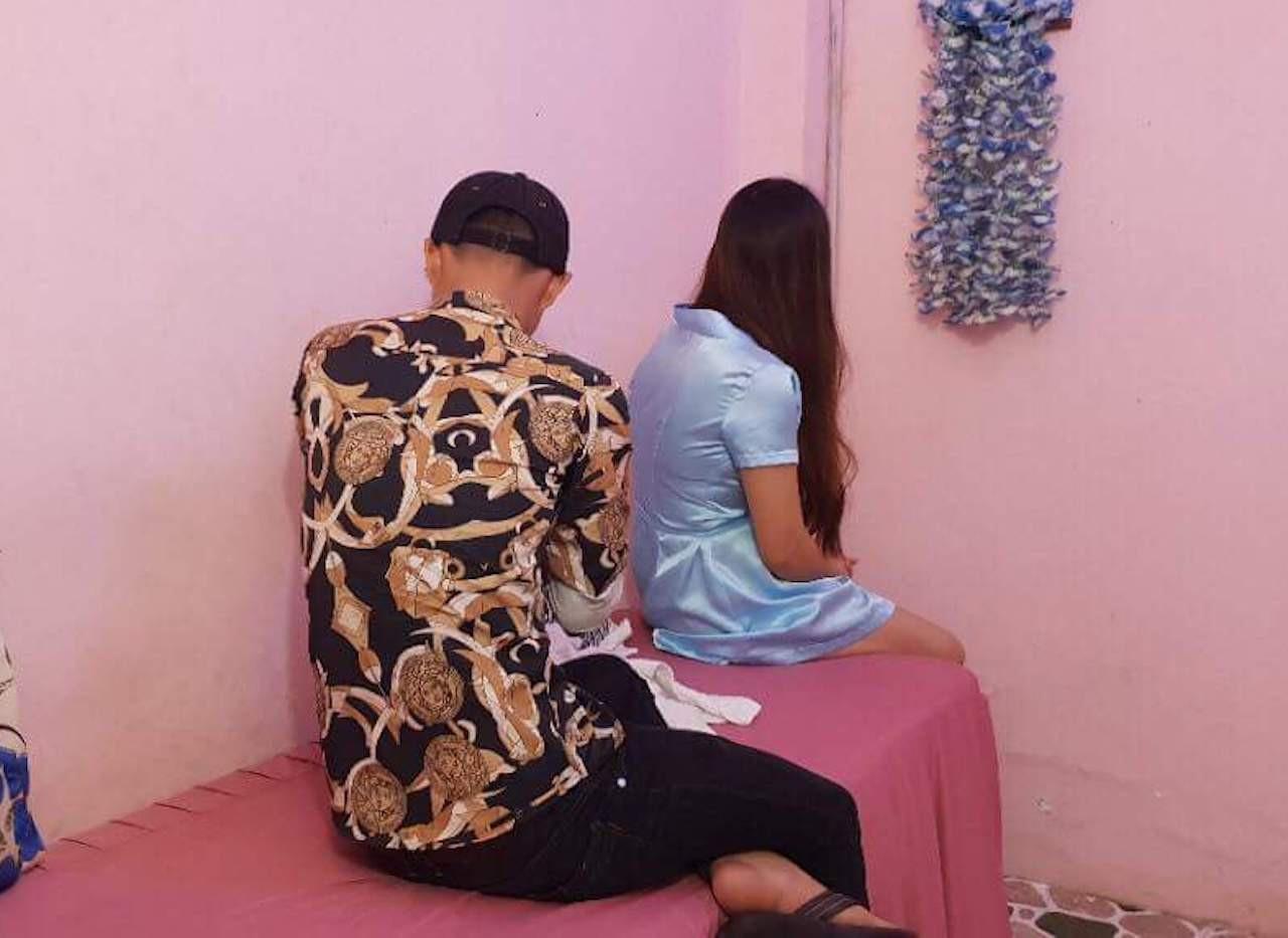 Tiếp viên 2 cơ sở massage kích dục cho khách.
