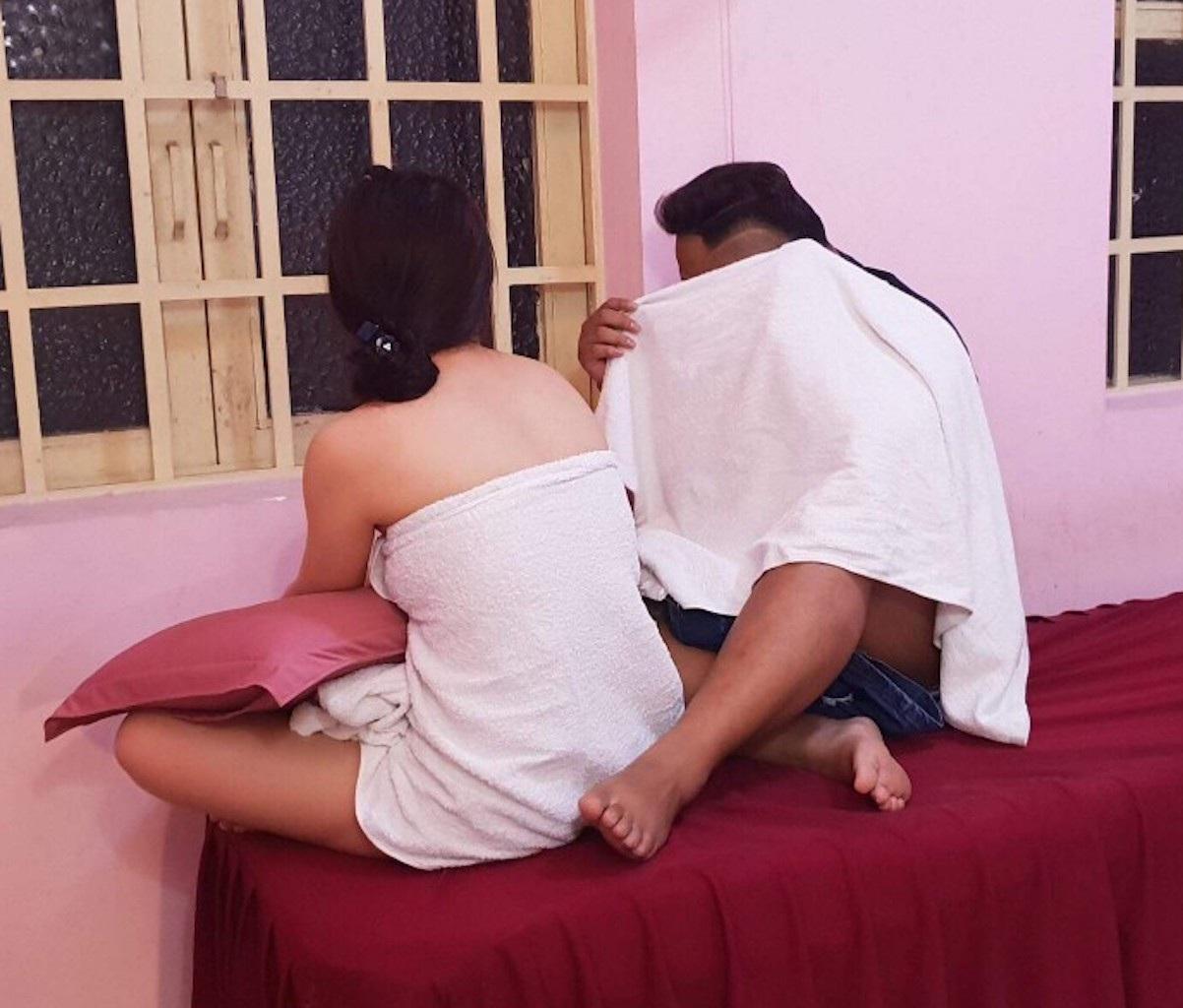 """Bắt quả tang nữ tiếp viên cơ sở massage """"tắm tiên"""" cùng khách - 1"""