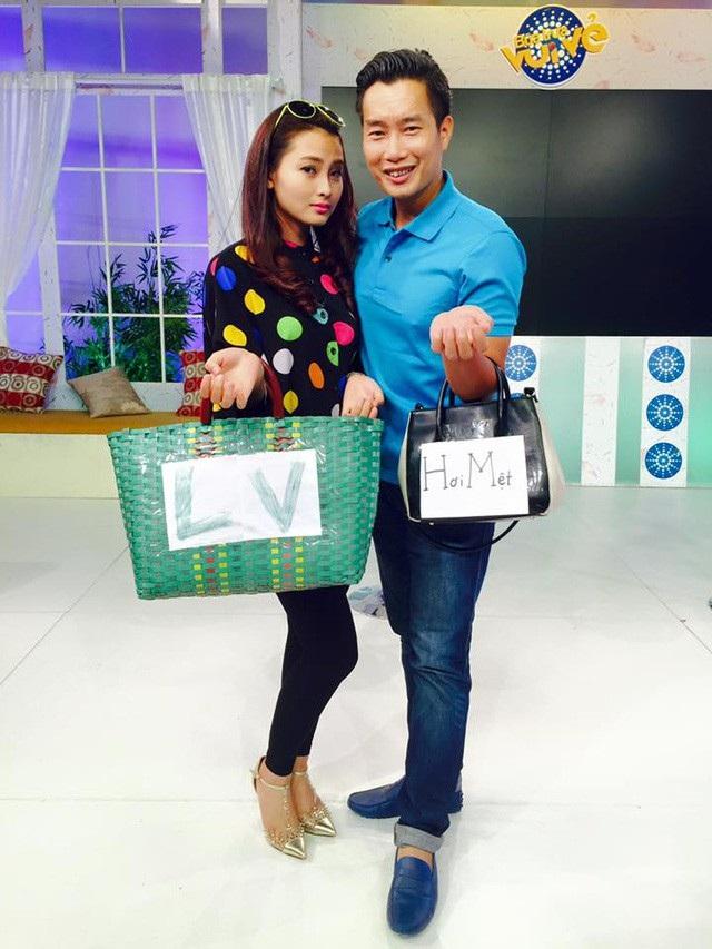 Huyền Trang hài hước cùng BTV Hoa Thanh Tùng trong hậu trường một buổi lên sóng.