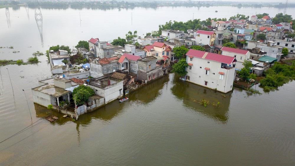 Những ngôi nhà chơi vơi giữa biển nước.