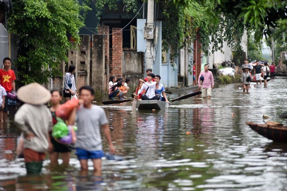 Người dân xóm Bến Vôi chuẩn bị đi làm, người lội bộ, người đi thuyền cá nhân.