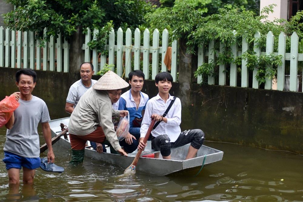 Toàn huyện có gần 500 hộ với 1.537 nhân khẩu thuộc 3 xã bị ngập nặng nhất là Cấn Hữu, Liệp Tuyết và Phú Cát.