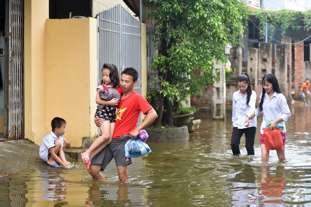 Nước ngập đến nửa tháng không rút, cuộc sống người dân bị ảnh hưởng trầm trọng, nhất là các em nhỏ đang đi học.