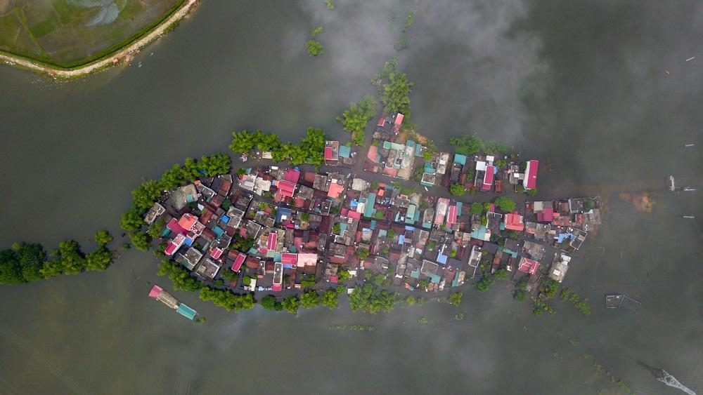 Sáng ngày 3/8. xóm Bến Vôi (xã Cấn Hữu, Quốc Oai, Hà Nội) vẫn bị cô lập hoàn toàn. Tình trạng ngập đã kéo dài tới hơn 15 ngày khiến cuộc sống người dân bị ảnh hưởng trầm trọng.