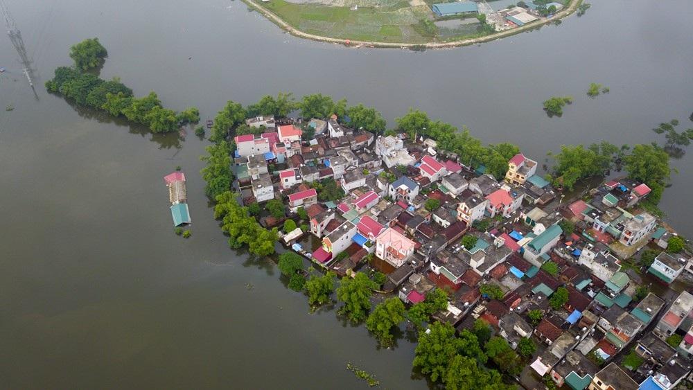 Nhiều khu vực của huyện Quốc Oai vẫn ngập trong biển nước. Tại xóm Bên Vôi, có chỗ ngập sâu tới 1,5m.