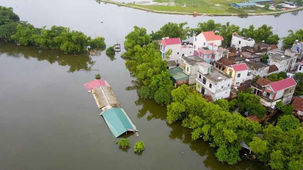 Mấy ngày nay, nước có rút nhưng rất chậm, toàn xóm vẫn ngập nặng.