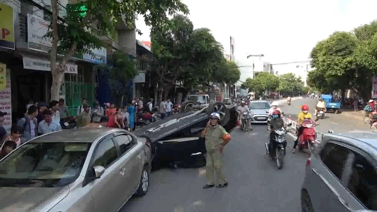 Hiện trường vụ ô tô tông người đi đường rồi phơi bụng
