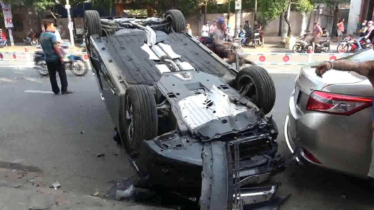 Chiếc ô tô lật ngửa nằm chắn trên đường