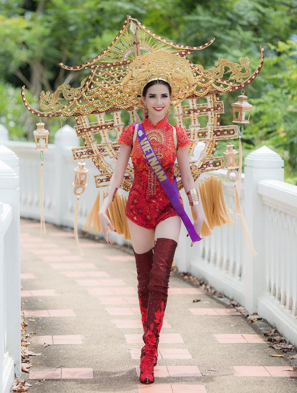 Bộ trang phục khá nặng gây khó khăn cho Phan Thị Mơ trong lúc di chuyển, tuy nhiên trong lúc trình diễn cô vẫn luôn tươi cười và cố gắng thể hiện tốt nhất có thể.