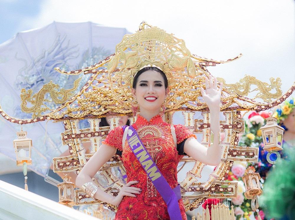 Bộ trang phục do NTK Ngô Mạnh Đông Đông thực hiện với phần khung nặng hơn 15kg. Để mang được bộ quốc phục này từ Việt Nam sang Thái Lan, Phan Thị Mơ đã phải nhờ tới sự hỗ trợ của các thành viên trong Ban tổ chức cũng như những người bạn trong cuộc thi để có thể lắp ráp và sau đó mang đeo lên người.