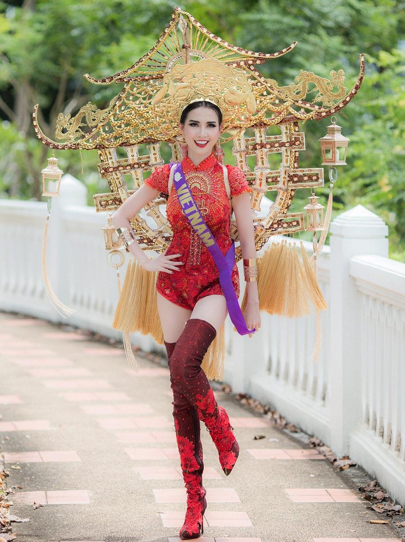 Phan Thị Mơ - đại diện Việt Nam được nhận xét là một trong số những thí sinh trình diễn quốc phục đẹp mắt và ấn tượng. Cô mang tới cuộc thi bộ quốc phục lấy ý tưởng từ Chùa Một Cột - ngôi chùa được xây dựng từ thời nhà Lý với hơn 1000 năm tuổi.