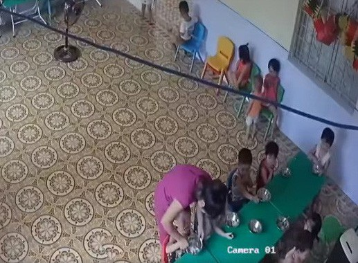 Cô giáo nhồi nhét và bạo hành trẻ trong giờ ăn ở Sóc Sơn (Hà Nội). (Ảnh cắt từ clip)
