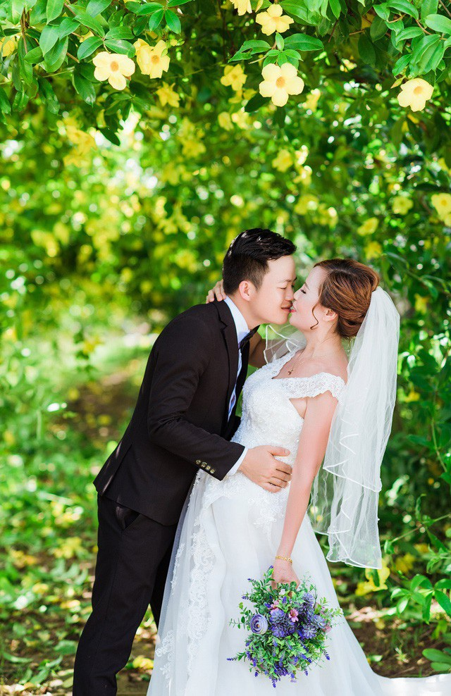 Chú rể là công nhân một công trường xây dựng còn cô dâu là chủ một spa và quán cà phê ngay trung tâm thành phố Cao Bằng. Trước khi đăng ký kết hôn, cặp đôi có nửa năm tìm hiểu và yêu nhau.