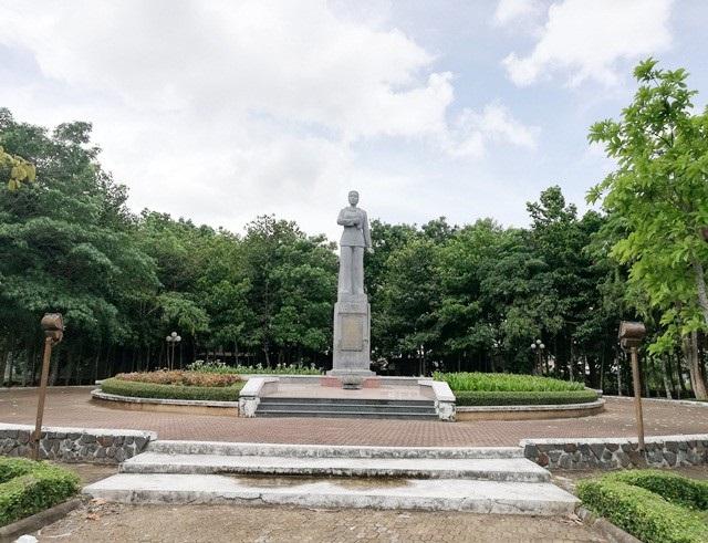 Một phần tượng đài nữ anh hùng liệt sĩ Lê Thị Riêng xuống cấp tại Bạc Liêu! - Ảnh 3.