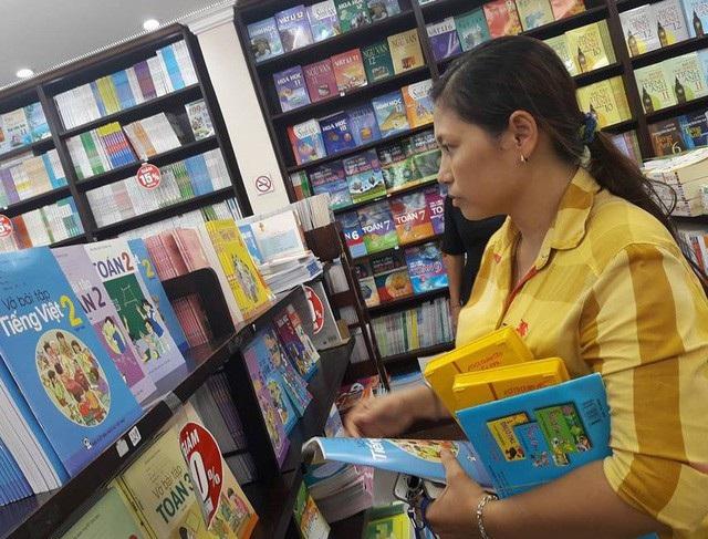 Phụ huynh tại TPHCM tìm mua sách giáo khoa đầu cấp cho con.