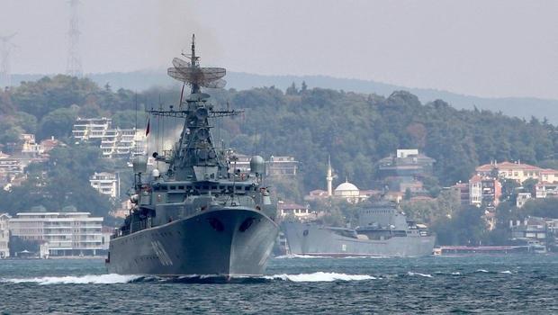 Một tàu hải quân Nga qua eo biển Bosphorus hôm 24/8/2018. (Ảnh: Reuters)
