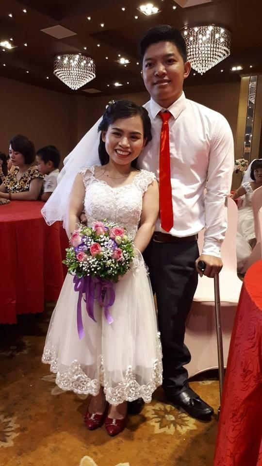 Anh Thành và chị Hương hạnh phúc trong ngày cưới. Ảnh PT