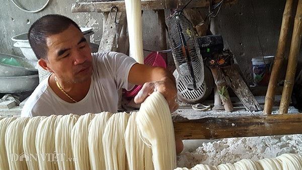 Bắt đầu từ khâu chọn gạo, bột đều phải làm cẩn thận để có được nguyên liệu làm mỳ ngon.