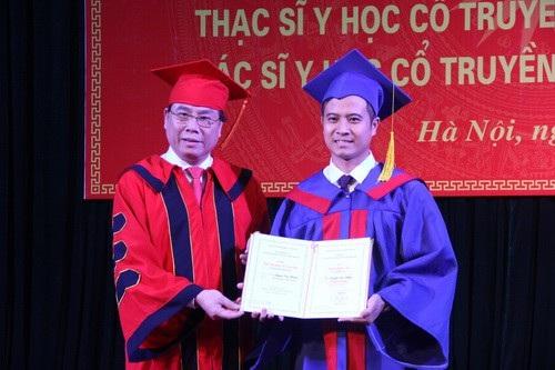 PGS.TS Đậu Xuân Cảnh trao bằng tốt nghiệp cho 502 sinh viên đại học và 63 sinh viên cao học ngay tại lễ tốt nghiệp.