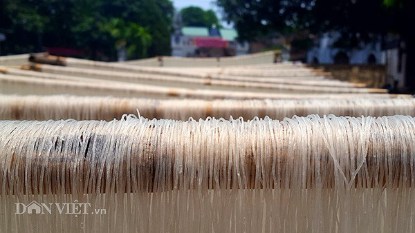 Tất cả các công đoạn sản xuất mỳ, bún đều được các hộ dân tại làng nghề tuân thủ tiêu chuẩn VS ATTP.
