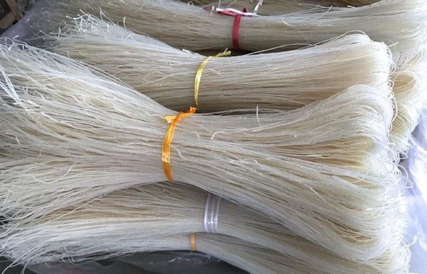 Sản phẩm mì sau khi phơi khô sẽ được bó lại thành từng bó 1kg được bán với giá 15-20 nghìn đồng.
