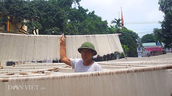 Gia đình ông Nguyễn Đức Chiêu mỗi ngày sử dụng 2 tạ gạo để làm nguyên liệu sản xuất mì.