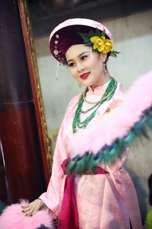 Tuệ Anh từng đi theo các giá đồng, là một trong những cô hầu đồng xinh đẹp nhất Hà thành một thời.
