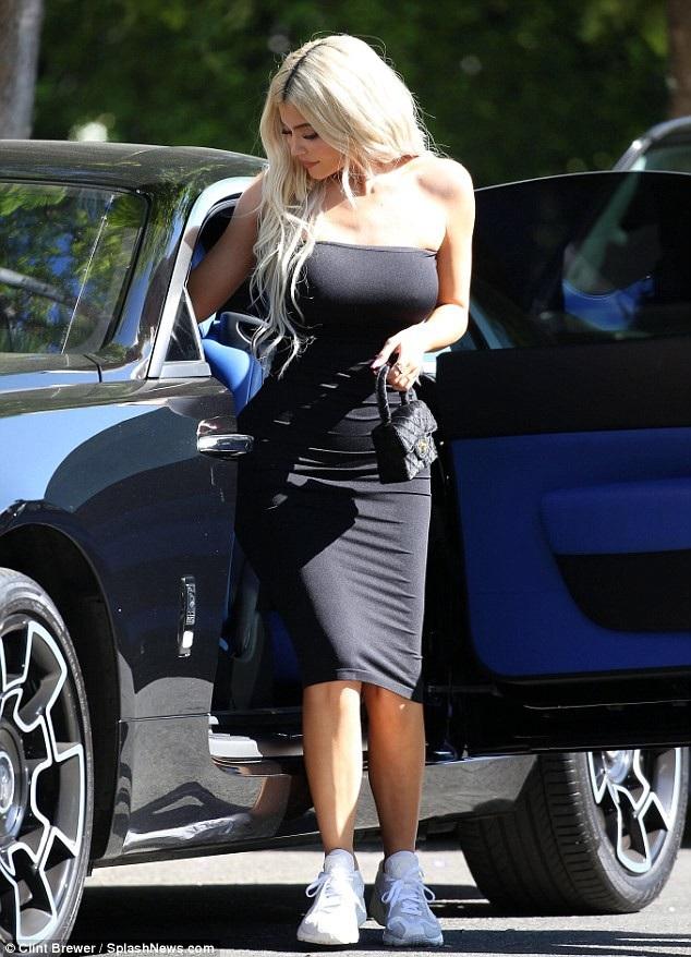 Em cô Kim diện váy đen ôm sát và xách túi Chanel