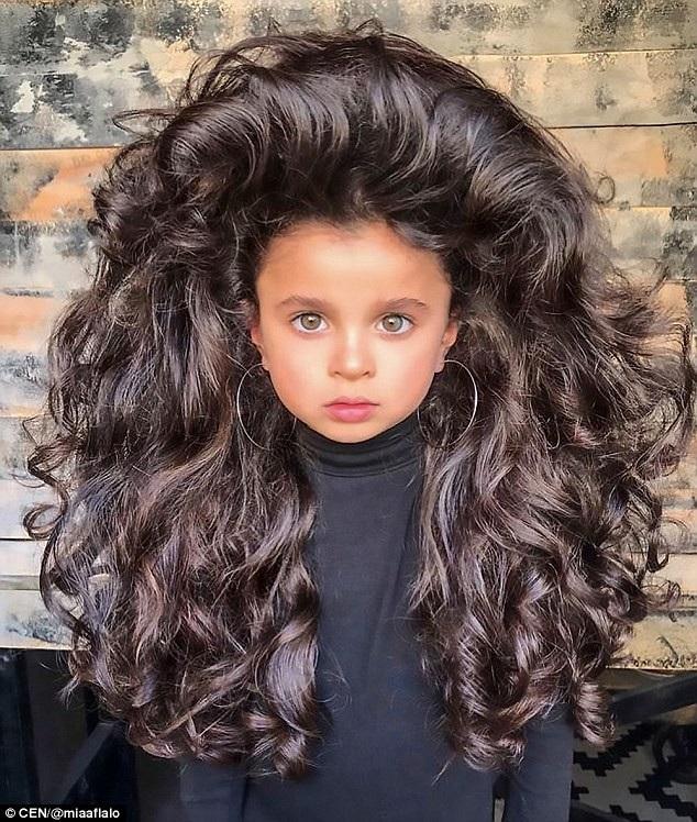 Cô bé 5 tuổi nổi tiếng mạng xã hội nhờ mái tóc đẹp không tưởng - 1