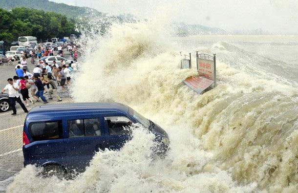 Sóng mạnh quật đổ cả người và các phương tiện tham gia giao thông