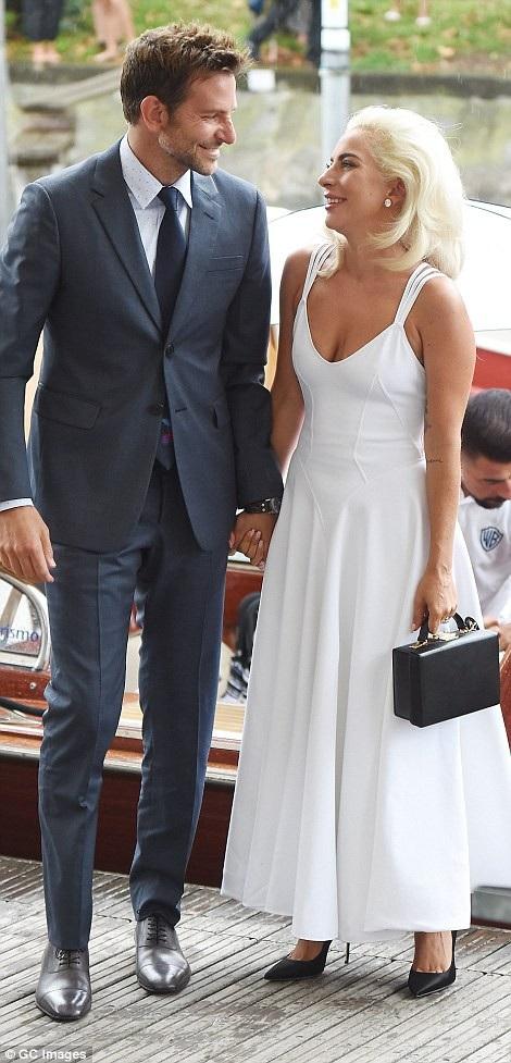 Lady Gaga và Bradley Cooper nắm tay nhau dự LHP Venice ngày 31/8 vừa qua