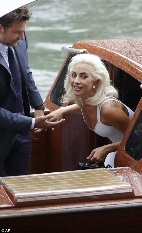 Trong phim Lady Gaga vào vai một nữ ca sỹ còn Bradley là ngôi sao nhạc đồng quê. Nhân vật của Bradley đã phát hiện ra tài năng nhân vật do Lady Gaga đảm nhiệm và sau đó họ yêu nhau