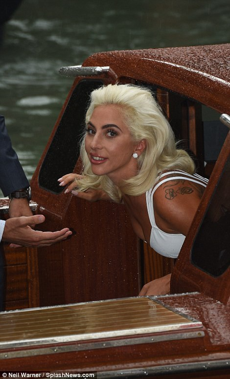 Lady Gaga thay đổi hoàn toàn hình ảnh từ khi có bạn trai mới Christian Carino, một chuyên già tìm kiếm tài năng rất kinh nghiệm ở Hollywood. Ngôi sao với hình ảnh quái dị ngày nào giờ rất thanh lịch và tinh tế, sang trọng