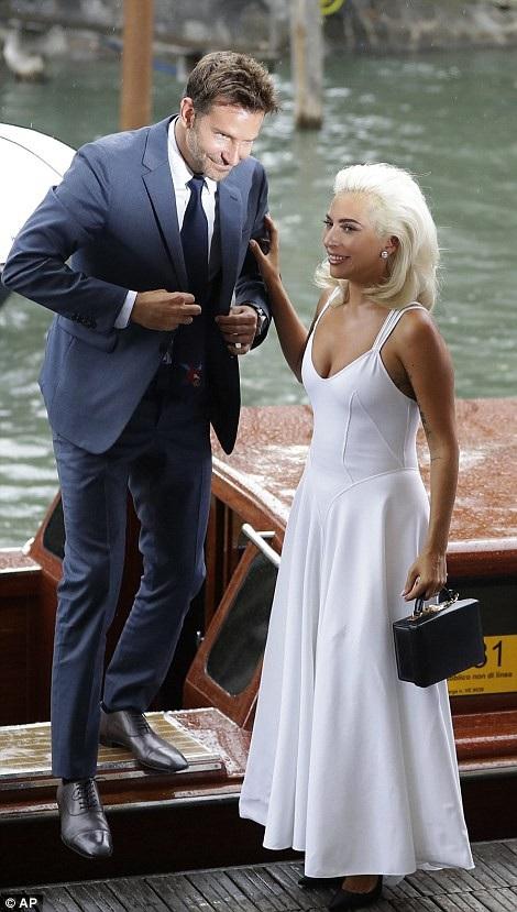 """Sự nổi tiếng đã đến với Lady Gaga khá nhanh và cô cảm thấy khá hài lòng với điều này. Gaga nói. """"Bạn biết đấy, đi bất cứ đâu và gặp một người ngẫu nhiên rồi chào hỏi, trò chuyện về cuộc sống, điều đó khá tuyệt bởi tôi yêu quý tất cả mọi người."""