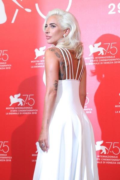 Nữ ca sỹ xinh đẹp và sang trọng trên thảm đỏ