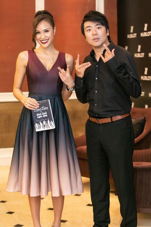 Anh có nhiều chia sẻ thú vị cùng MC Phương Mai và giới truyền thông.