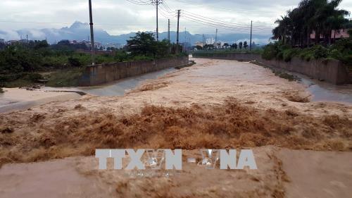 Nước lũ vẫn tiếp tục đổ về sông, suối ngày càng lớn tại Phường Hữu Nghị, Thành phố Hòa Bình. Ảnh: Thanh Hải - TTXVN