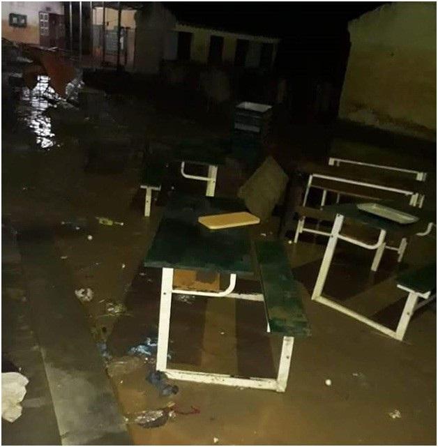 Tất cả bàn ghế bị hư hỏng nặng, một nửa trong số đó không thể sử dụng được.