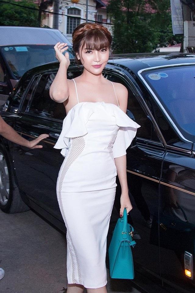 Trước đó, cô cũng gây xôn xao khi đi siêu xe 70 tỷ xuất hiện tại event ở Hà Nội đến chúc mừng siêu mẫu Vũ Thu Phương, và chiếc siêu xe này chính là của doanh nhân Anh Tuấn khi đó mới đang là bạn trai của cô. Cưới chồng đại gia, Ngọc Duyên có cuộc sống mà hàng triệu cô gái ao ước.
