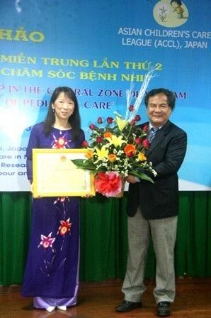 GS. Bùi Đức Phú, nguyên Giám đốc Bệnh viện Trung ương Huế trao tặng bằng khen danh dự cho cô Kazuyo Watanabe vào năm 2013 vì những đóng góp giúp đỡ trẻ em ung thư đến Huế điều trị