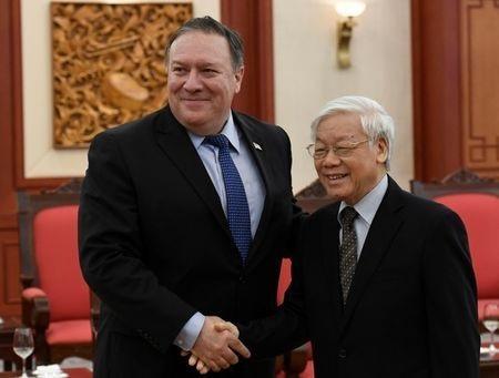Tổng bí thư Nguyễn Phú Trọng bắt tay Ngoại trưởng Mỹ Mike Pompeo trong chuyến thăm của ông Pompeo tới Việt Nam hồi tháng 7/2018 (Ảnh: Reuters)
