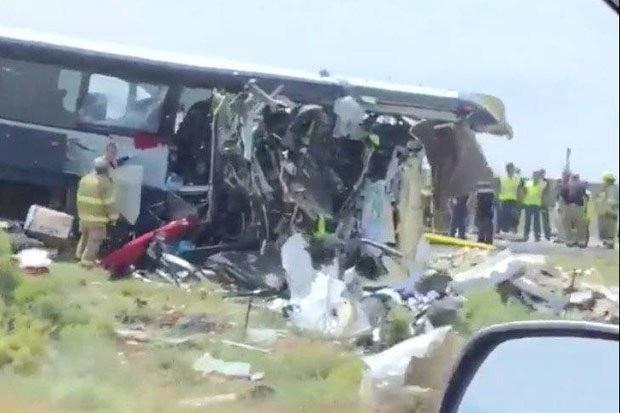 Chiếc xe buýt đã bị đâm biến dạng do vụ tai nạn.