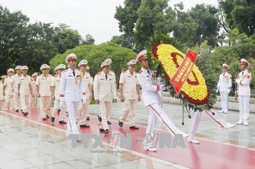 Đoàn đại biểu Đảng ủy Công an Trung ương và Bộ Công an đến đặt vòng hoa viếng các Anh hùng liệt sỹ. Ảnh: Lâm Khánh - TTXVN
